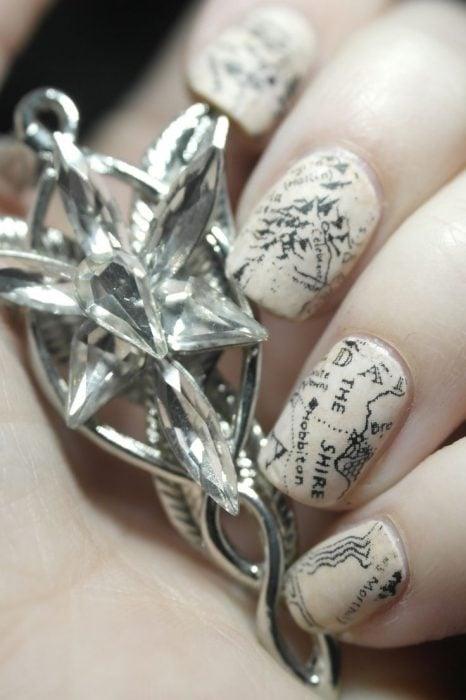Uñas pintadas como en el libro del señor de los anillos