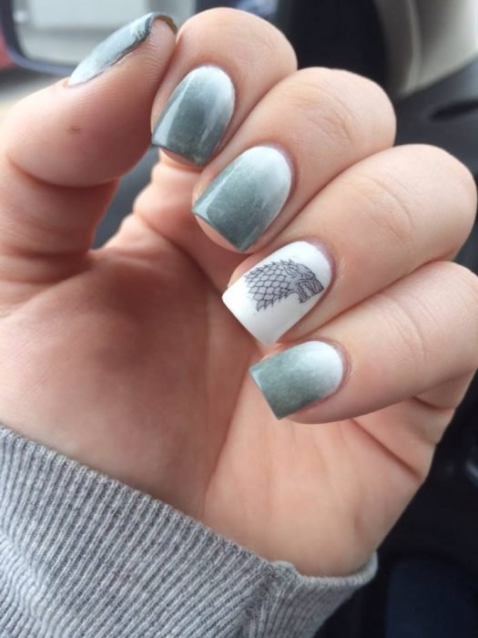 Uñas de una chica pintadas como el escudo de la serie game of thrones