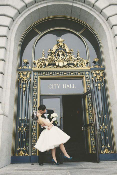 pareja de novios besándose el día de su boda