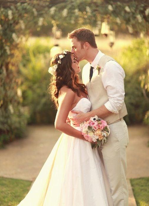 pareja de novios recién casados besándose