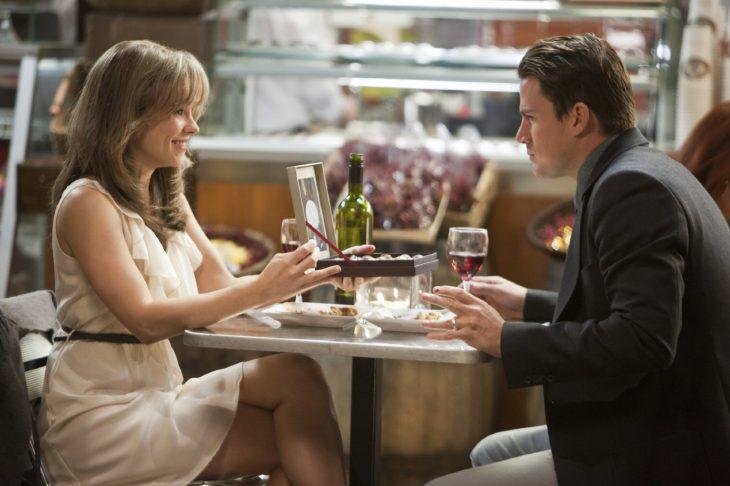 Escena de la película votos de amor protagonistas cenando y comiendo chocolates