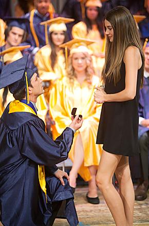 Escena de la serie la vida secreta de la adolescente americana graduación en la que le piden matrimonio a la protagonista