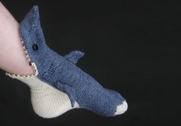 calcetín en forma de tiburón que se esta comiendo un pie