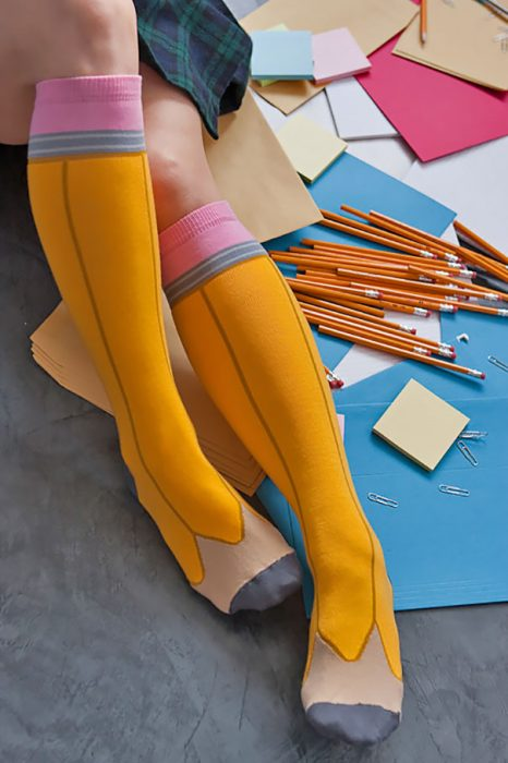 medias largas en forma de lapices amarillos