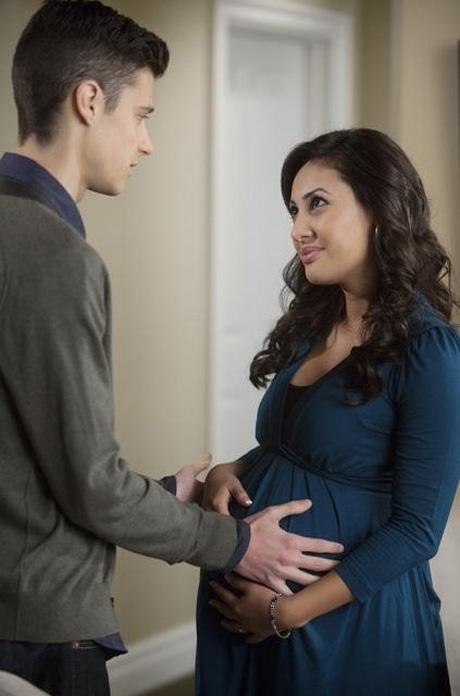 chico tocándole la panza a una chica embarazada