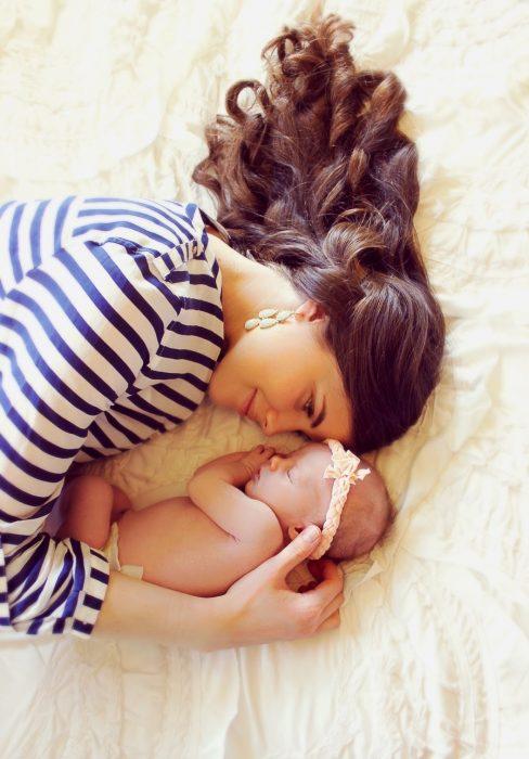 mama viendo a su hija recostada en la cama