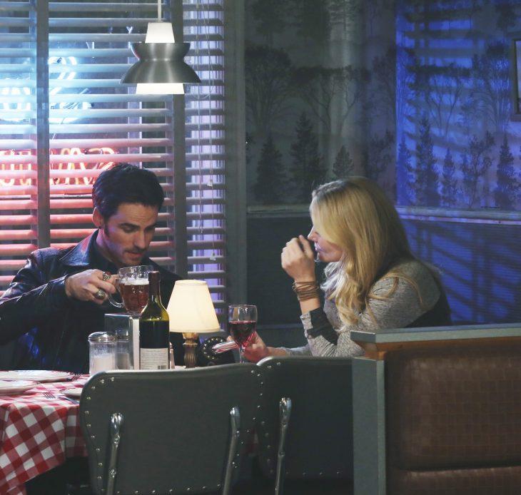 pareja de novios sentados en una mensa disfrutando de una cena