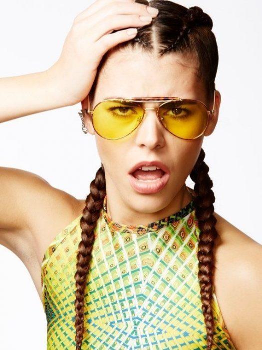 chica usando unos lentes de color amarillo de los 90's