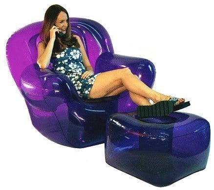 chica sentada en un sillón de los noventa hablando por teléfono