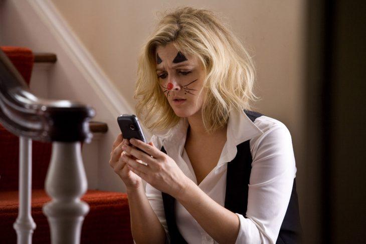Escena enviando un mensaje de texto de la película amor a distancia