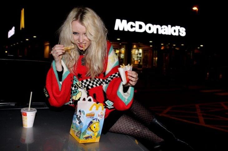 Chica ebria comiendo en Mcdonalds
