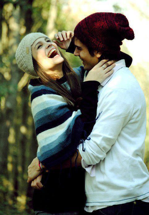 pareja riendo y divirtiendose abrazado en medio del bosque