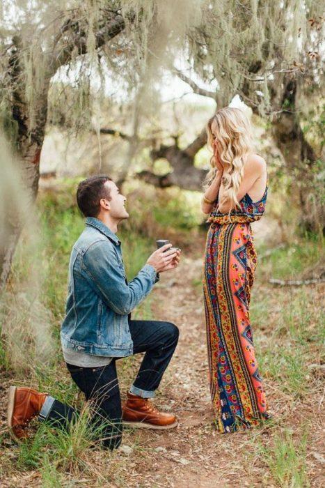 hombre proponiendole matrimonio a una mujer