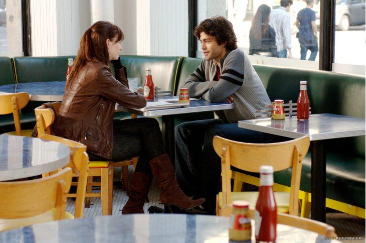 escena de la película el diablo viste a la moda andrea y su novio conversando