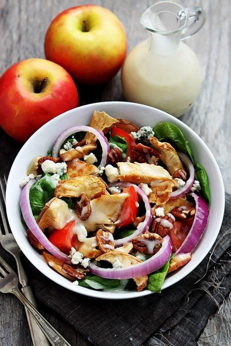 Ensalada de manzana seca con pollo servida en un plato para comer