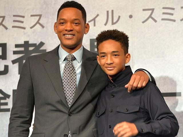 Will Smith junto a su hijo posando para una foto en la alfombra roja de un evento
