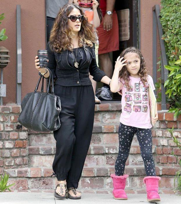 actriz salma hayek caminando junto a su hija
