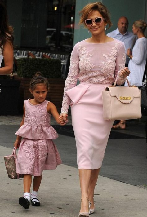 Jenifer López y su hija vestidas de manera similar