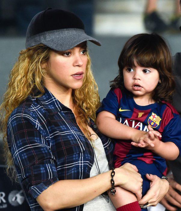 Shakira y su hijo mi0lan viendo el juego de gerard pike con el Barcelona