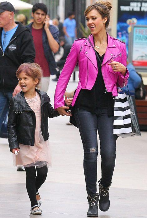 Jessica Alba caminando con su hija tomada de las manos por una de las calles de Estados Unidos