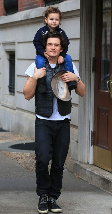 Orlando bloom caminando con su hijo sobre su cuelo por las calles de estados Unidos