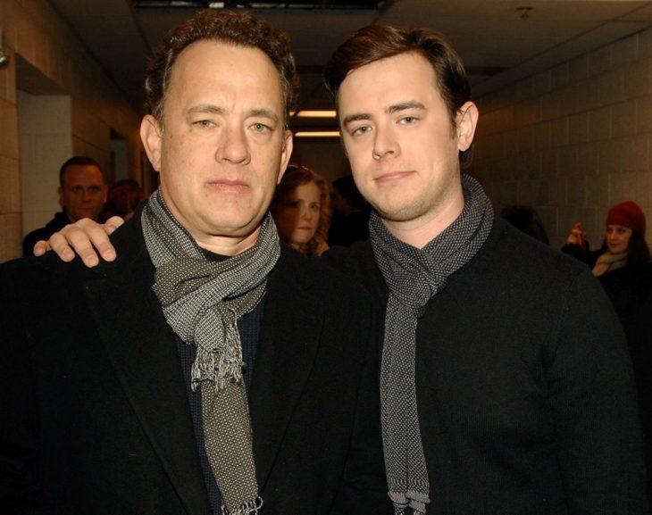 tom hanks junto a su hijo posando para una fotografía