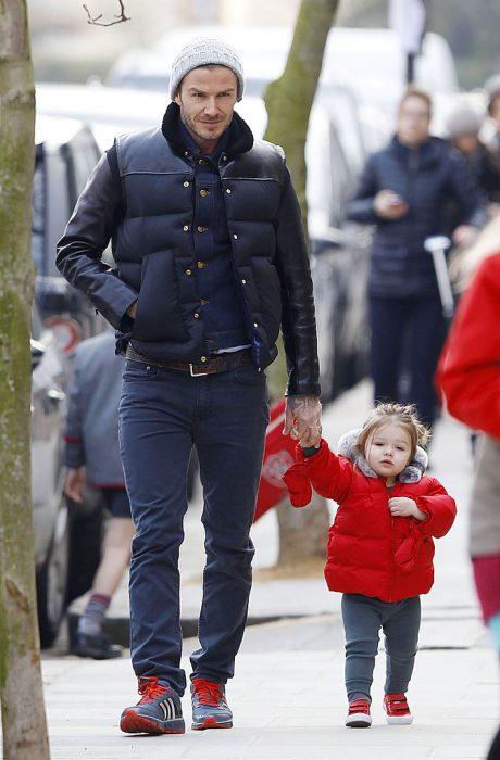 David Beckham junto a su hija caminando por las calles tomados de las manos