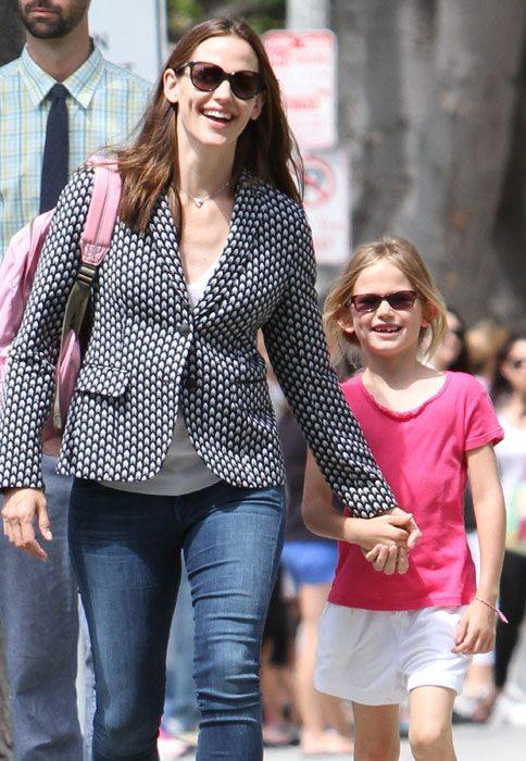 Jennifer Garner y su hija Violet caminando luego de salir de la escuela