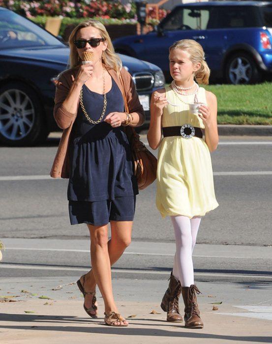 Resee whiterspoon caminando por la calle y comiendose un helado al lado de su hija