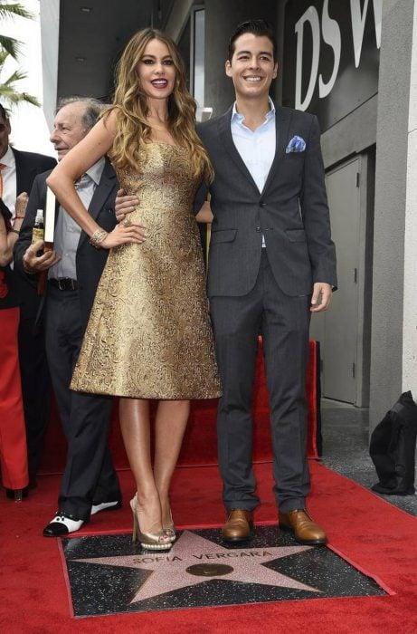 sofia vergara junto a su hijo en el paseo de la fama de hollywood