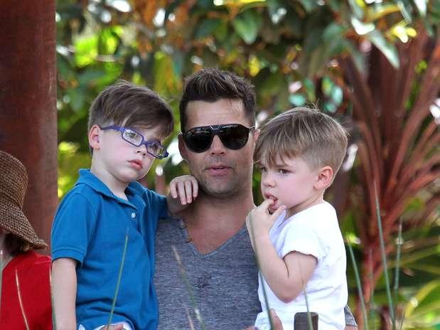 ricky martin sosteniendo a sus hijos en brazos