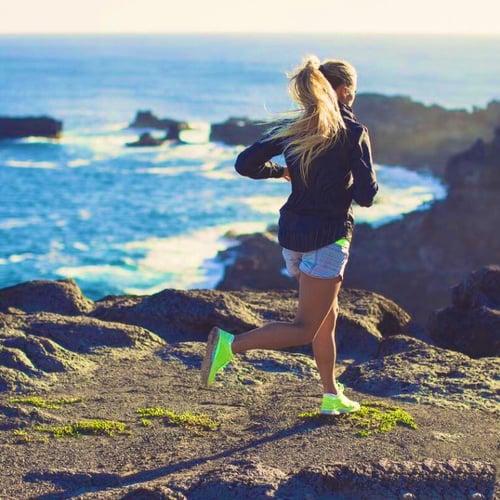 Chica corriendo por las montañas