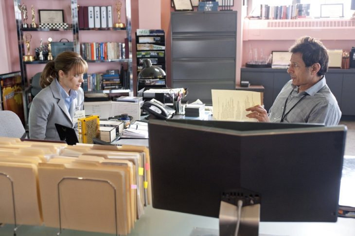 Escena de la película un despertar glorioso, chica sentada junto a su jefe hablando