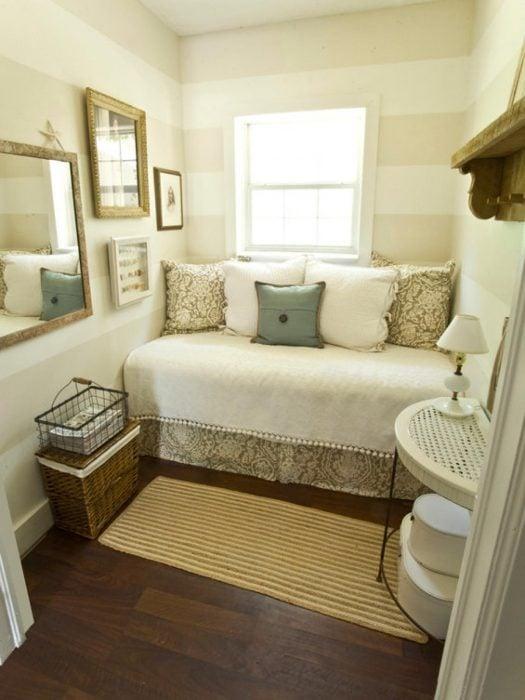 cuarto con colores neutros en blanco y azul