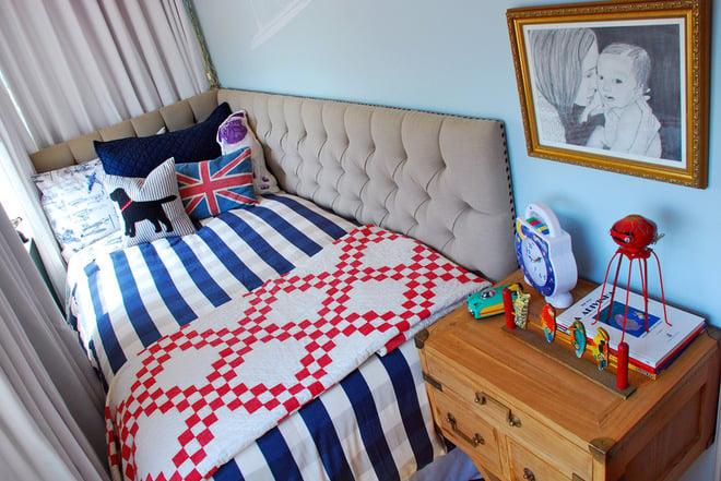 cama que se encuentra en un espacio pequeño empotrada a la pared
