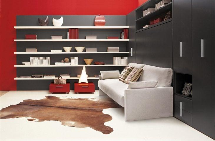 sala en colores gris y con decoración de estantes en color negro y rojo
