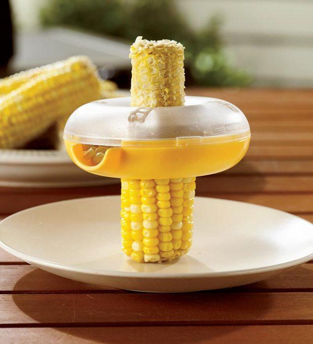 utensilio de cocina que ayuda a desgranar maíz