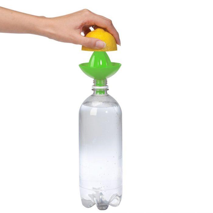 exprimidor de limones que se coloca sobre una botella