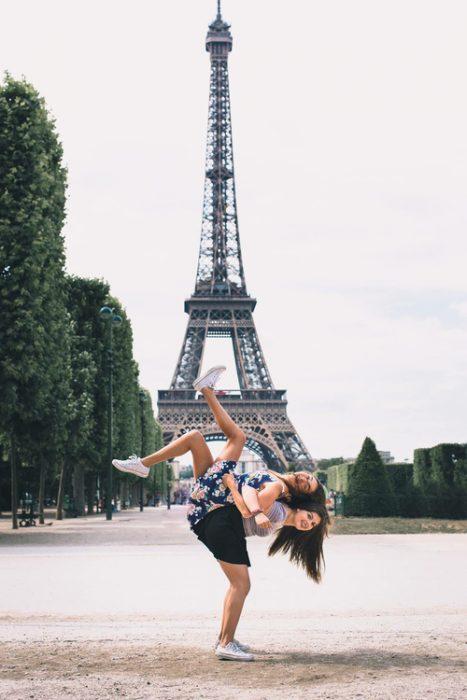 chicas frente a la torre effiel tomándose una foto