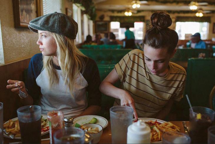 chicas comiendo papas fritas en la mesa