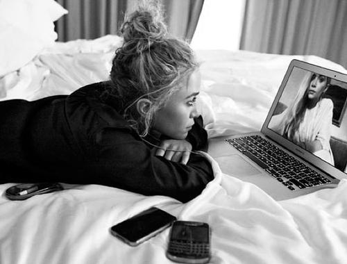 chica haciendo video llamada con otra mientras esta en una cama