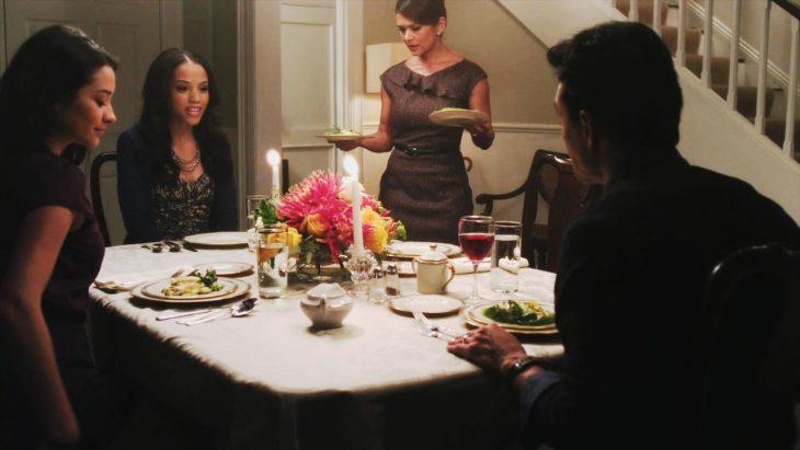 chicas cenando con la familia