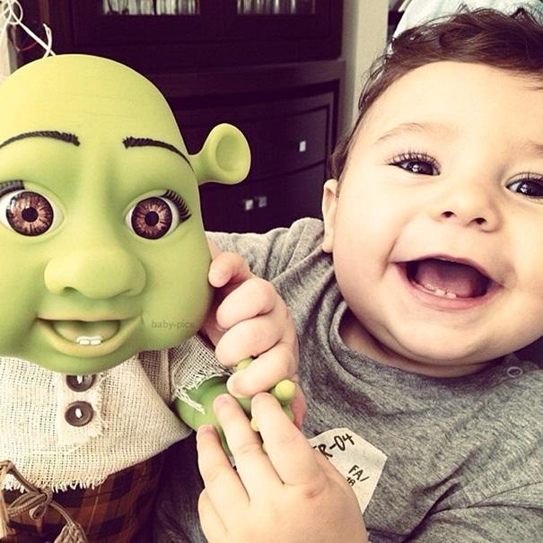 muñeco de shrek bebe que se parece a un niño que solo tiene dos dientes