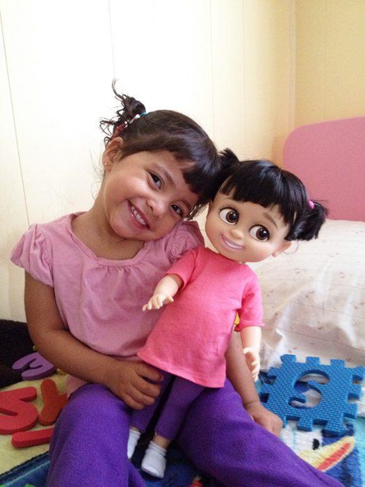 niña junto a su muñeca que es idéntica a ella