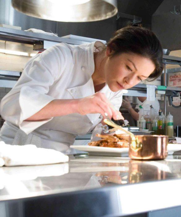 Escena de la película sin reservas protagonista cocinando