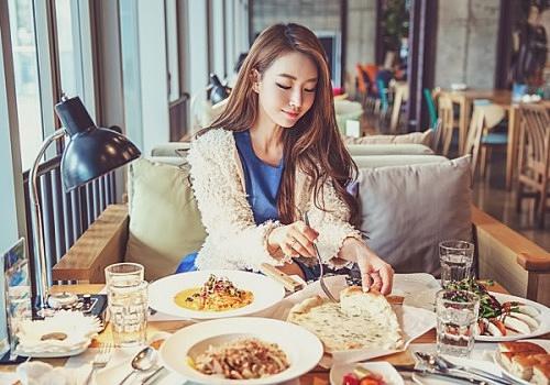 chica sentada comiendo en un restaurante