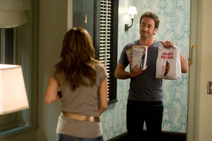 Escena de la película el plan b chico le lleva comida a su novia