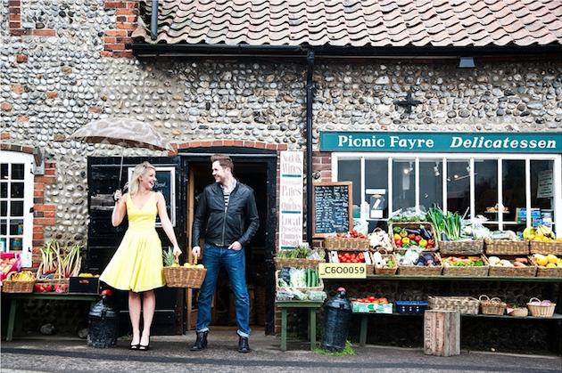 pareja de novios sujetando una canasta con fruta en el mercado