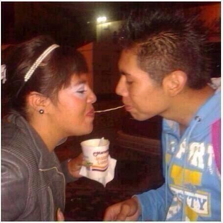 pareja de novios comiendo una maruchan