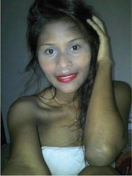 chica morena resaltando su cara con maquillaje blanco